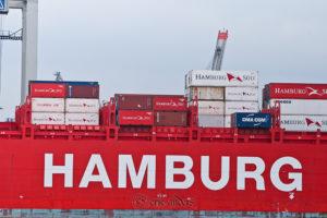 Bordwand eines Containerschiffes der Reederei Hamburg Süd auf der Stadtführung Hamburg Kurios