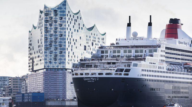 Kreuzfahrtschiff Queen Mary 2 auf der Elbe vor der Elbphilharmonie