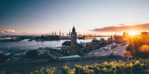 Blick auf St. Pauli Landungsbrücken vor Elbe und dem Hamburger Hafen