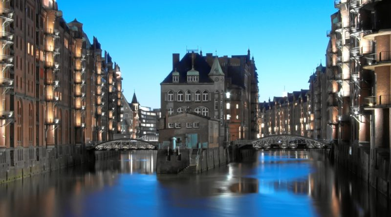 Blick auf Wasserschloss oder Wasserschlösschen in der Speicherstadt Hamburg am Zusammenfluss von Wandrahmsfleet und Holländischbrookfleet