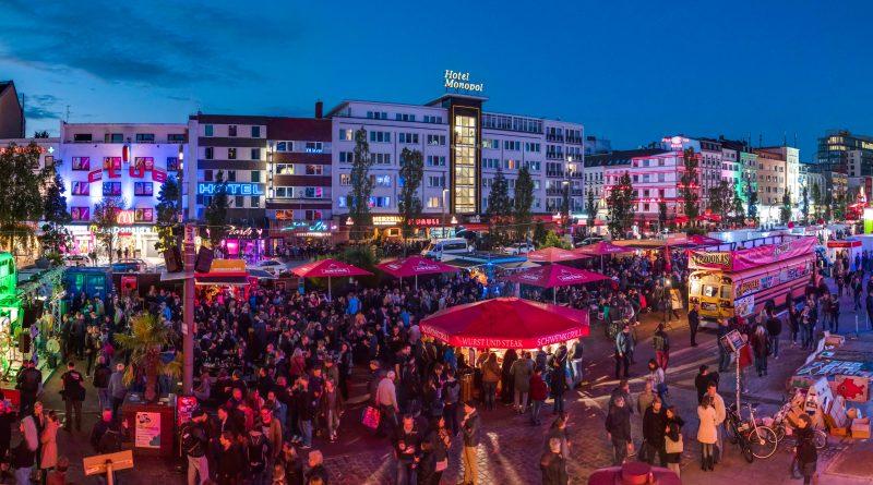 Menschenmenge auf Spielbudenplatz beim Reeperbahnfestival
