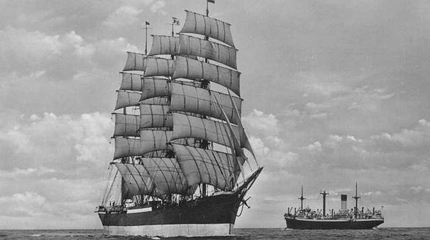 Peking Segelschiff Viermastbark aus Stahl vor Dampfschiff in der Elbmündung