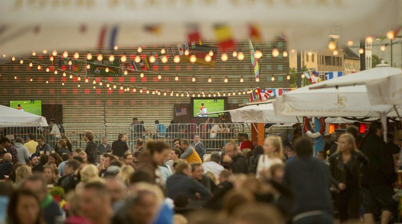 WM-Biergarten zur Fußball - Spielbudenplatz - Kino - Sport - Fußball - heute in Hamburg
