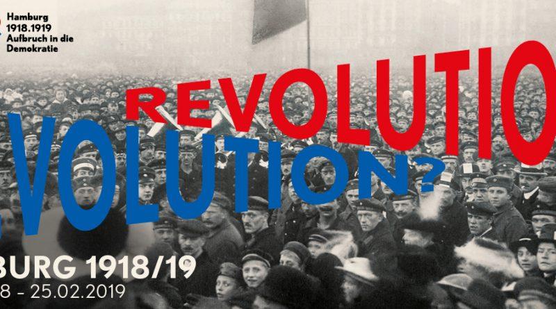Ausstellung Revolution 1918/19 mit Menschenmengeim Museum für Hamburgische Geschichte