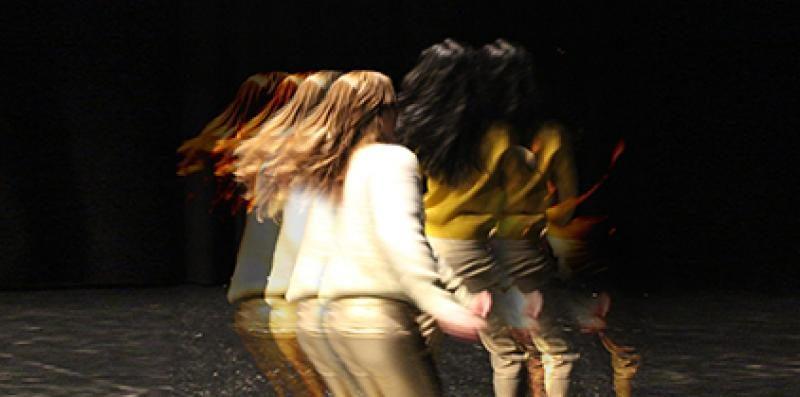 Zwei Scheispielerinnen in der Tanzperformance Dance Forever von Fernanda Ortiz im Lichthof Theater HamburgFernanda Ortiz