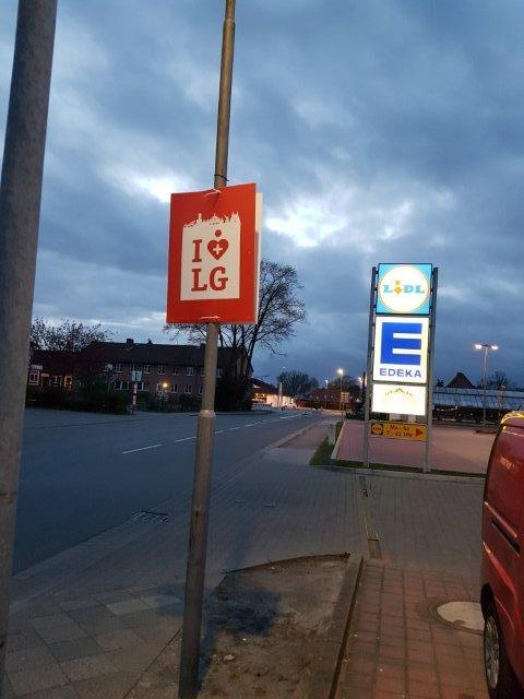Außenplakatierung an einer Laterne auf einer Straße im Landkreis Lüneburg der Metropolregion Hamburg