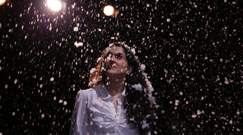 Rana Farahani auf der Bühne im Theaterstück Tatort Kunst im Hamburger Sprechwerk